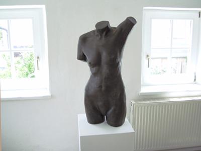 Inas Bronze in Beton